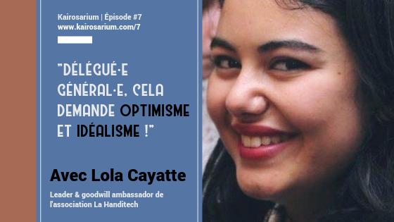Portrait de Lola Cayatte, souriante et informations sur l'épisode à droite, fond bleu